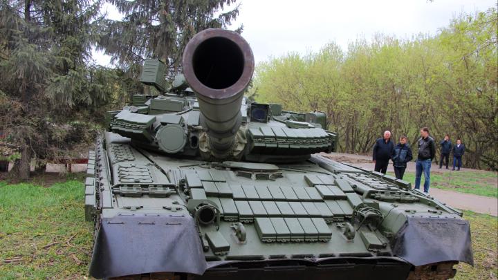 В центре Омска появился танк: 15 снимков о том, как он там оказался