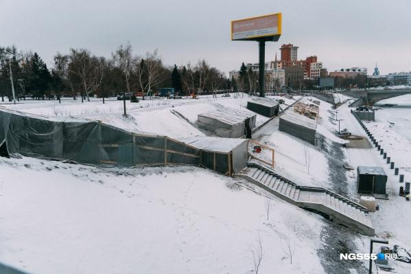 Участок набережной между мостами еще не завершен, но уже выглядит внушительно