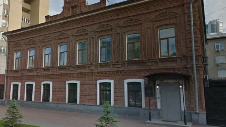 В Екатеринбурге отремонтируют кирпичный особняк XIX века, в котором сидит ФСБ