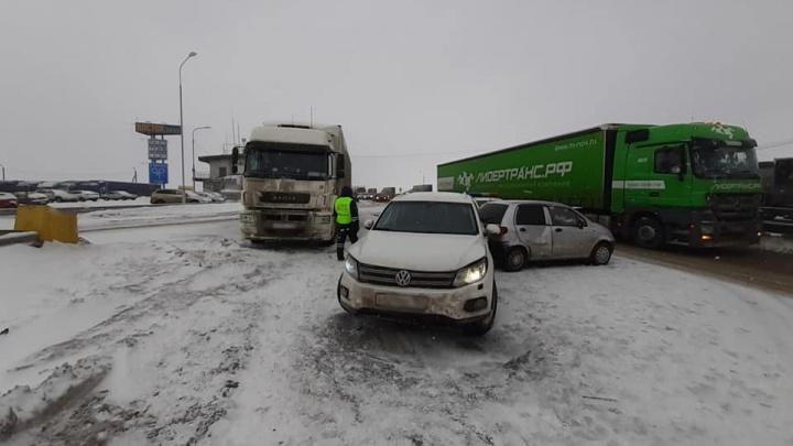 На выезде из города столкнулись более 30 машин: хроника массового ДТП под Уфой