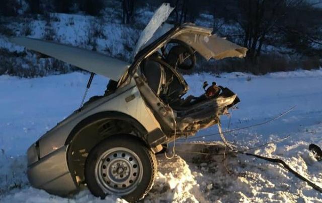 «Ладу» на трассе разорвало пополам: опытный водитель не справился с управлением на зимней дороге