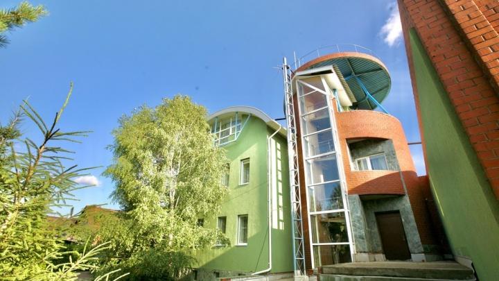 В Омске за 72 миллиона продают коттедж в стиле хай-тек с бассейном и зимним садом