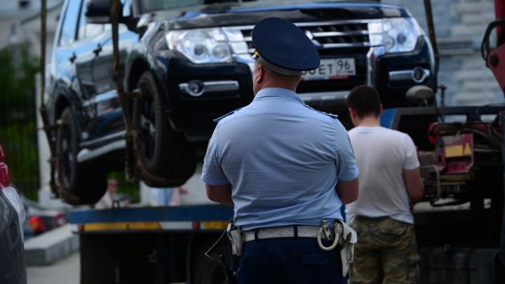 Массово эвакуировать автомобили в Екатеринбурге начнут до конца 2020 года: для этого изменят закон
