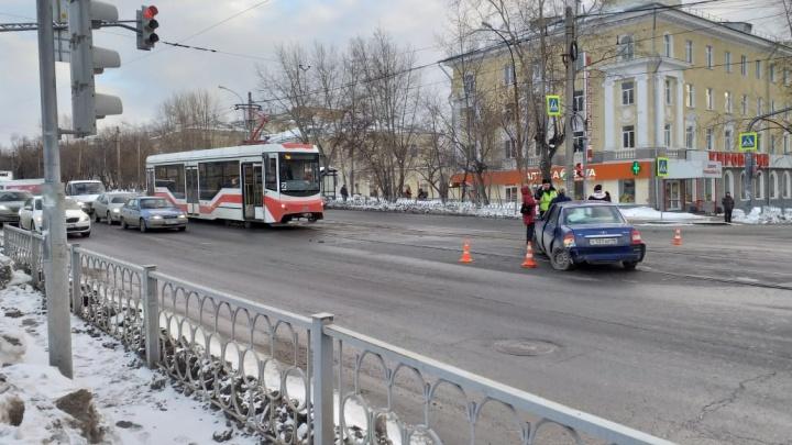 На Эльмаше из-за столкновения иномарок образовалась пробка из трамваев