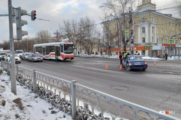 Из-за ДТП стоят трамваи № 2, 7, 14, 16 и 17