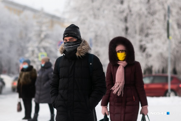 Чтобы не получить обморожение, медики советуют теплее укутываться