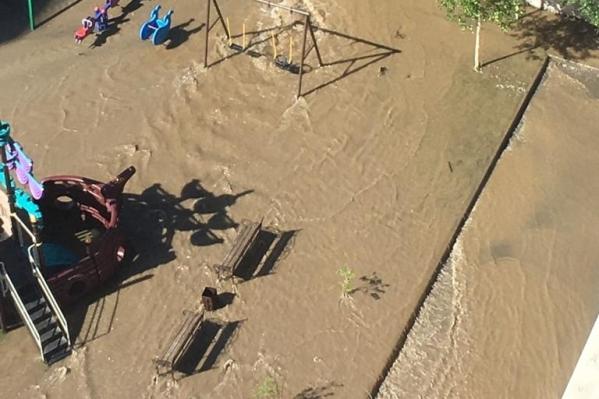 Затопило дворы и детскую площадку