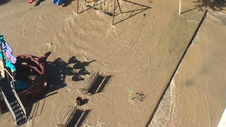 Потоп на Кошурникова: на улице прорвало трубу и затопило дворы