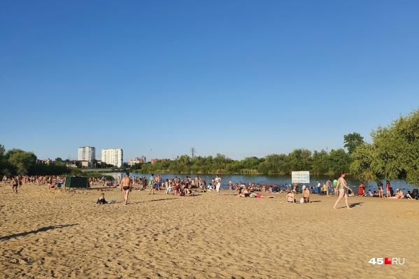 Зауральцы пользуются жаркими днями и идут отдыхать на пляжи