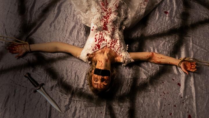 Екатеринбургский фотограф устроил кровавую фотосессию по мотивам нашумевшего фильма ужасов