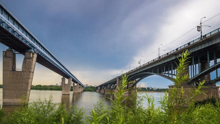 На Октябрьском мосту в Новосибирске закрывают пешеходные дорожки
