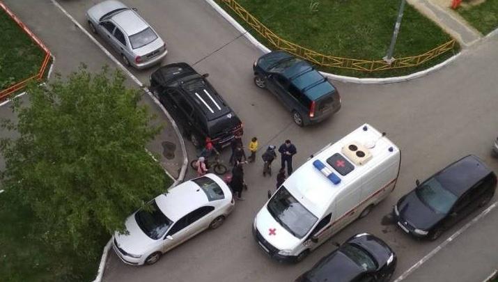 «Гоняют, объезжая пробки»: в Челябинске во дворе сбили двух детей