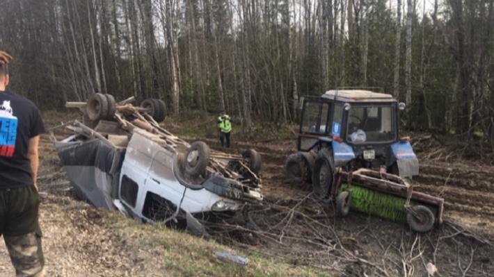 На трассе Пермь — Чусовой перевернулись трактор, «Газель» и лесовоз с брусом: видео