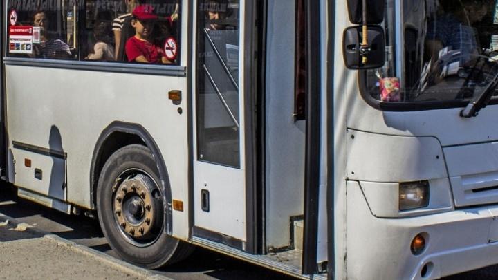 Рейсовый автобус съехал в кювет под Новосибирском: водителю стало плохо с сердцем