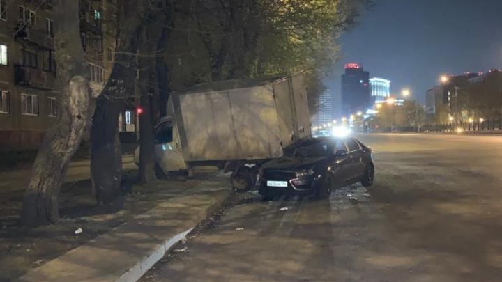 Легковушка въехала в припаркованный грузовик на Немировича-Данченко — пять человек попали в больницу с травмами
