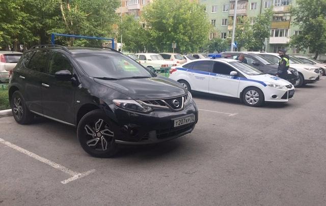 В Тюмени оштрафовали водителя Nissan, выехавшего на встречную (он еще и средний палец показал)