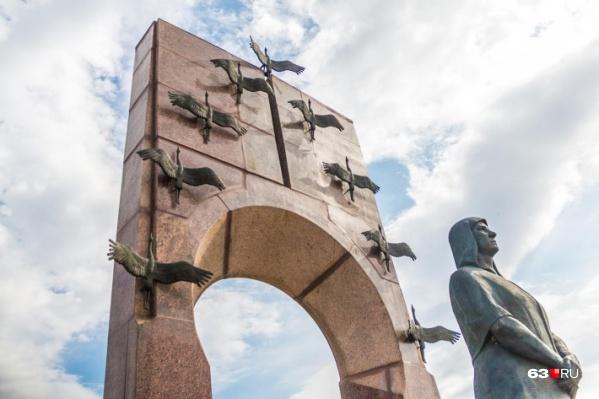 Высота стелы из розового и серого гранита — 11,5 метра. Перед стелой установлен 7-тонный камень-памятник с надписью: «Семье Володичкиных благодарная Россия»