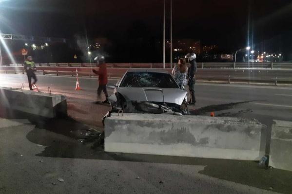По предварительным данным, владелец иномарки нарушил скоростной режим и не смог избежать столкновения с бетонным ограждением