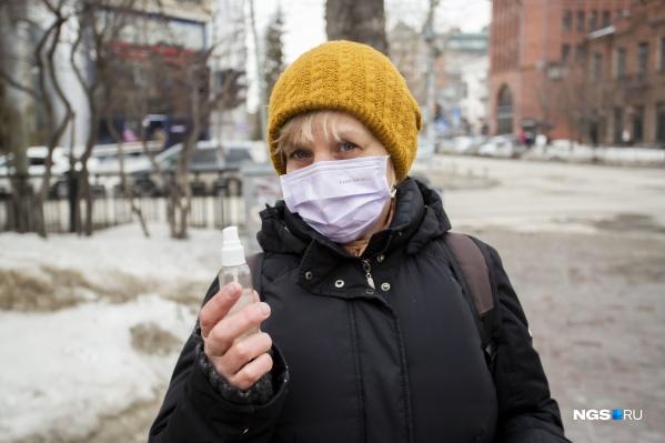 Жители Новосибирска ходят в масках, но честно признаются, что уже устали от паники в городе