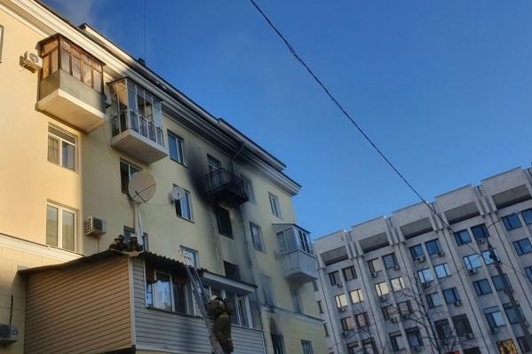 Пожарные доставали пострадавших через окна