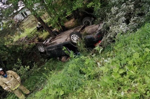 Погибшего водителя нашли в перевернутой машине