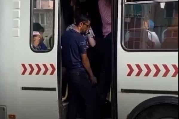 Некоторым пассажирам было не до масок, лишь бы дверь закрылась