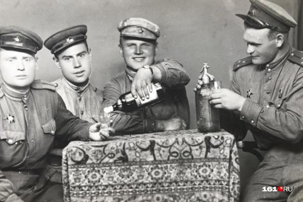 На этом кадре Филипп Дранцов — крайний справа. Фотографию сделали во взятом Будапеште. На ней расчет отмечает освобождение города
