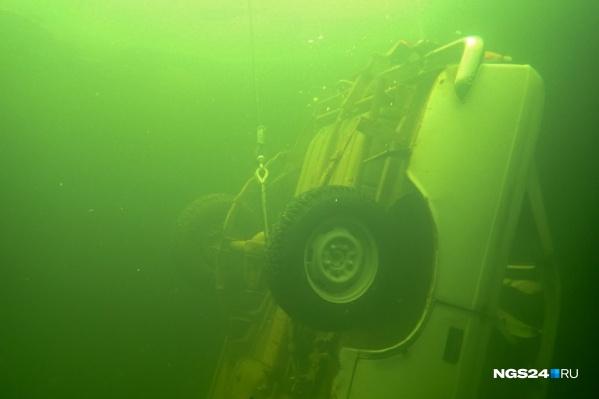 Автомобиль нашли в акватории Красноярского моря, но ни его, ни тело погибшего пока не достали