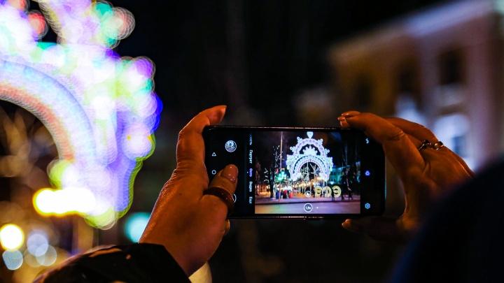 В Кургане начали подготовку к встрече Нового года. В городе уже установили елки и развесили гирлянды