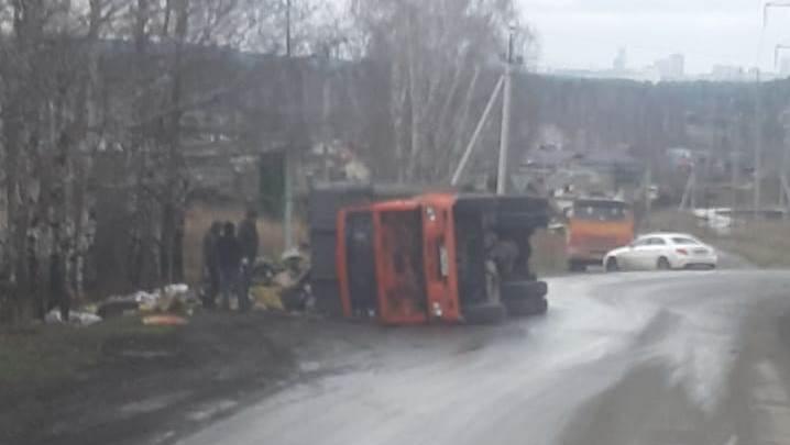 «Устал на повороте и лёг поспать»: под Екатеринбургом перевернулся КАМАЗ с мусором