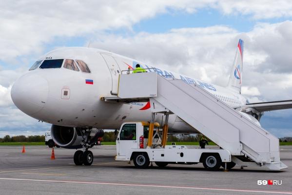 А пока пассажиров привозят к самолету на автобусе. Внутрь они поднимаются по обычным трапам
