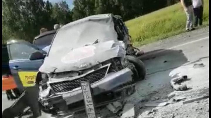 На новосибирской трассе столкнулись такси и рейсовый автобус: пострадали четверо