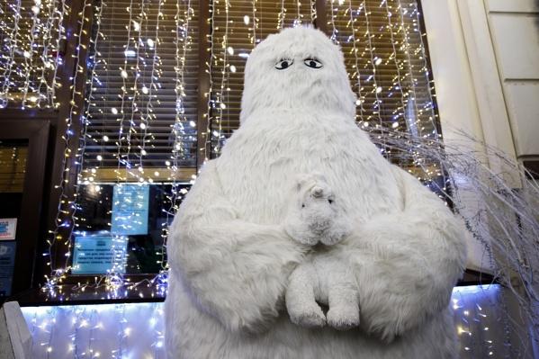 Снежный человек с единорогом ждут ростовчан у кондитерской «Три орешка»