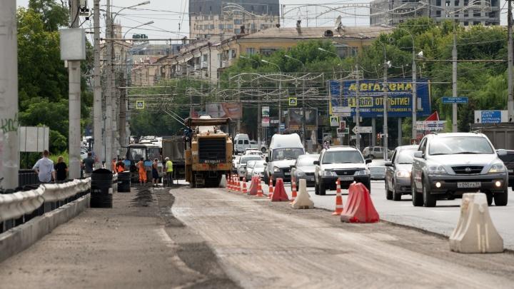 Успели за сутки: в Волгограде заново перестелили асфальт на Астраханском мосту