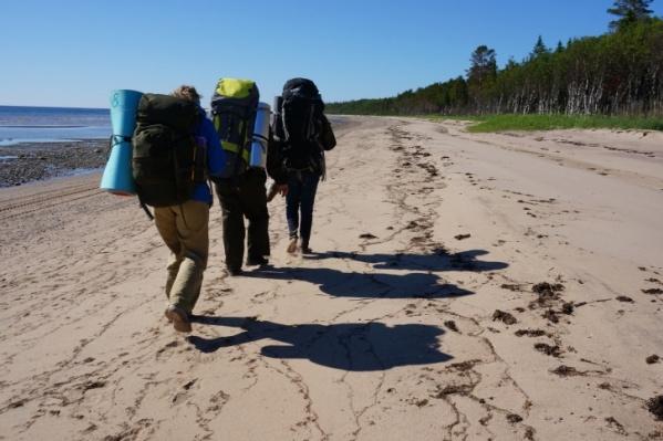 Четыре девушки непосредственно в путешествии по берегу Белого моря провели 8 дней. Всего они прошли пешком 130 километров