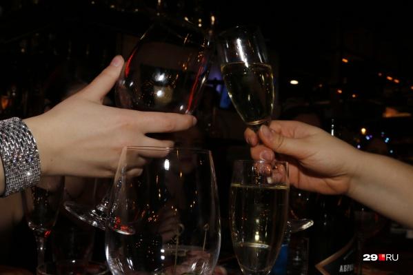 Празднование Нового года в рабочем коллективе обычно проходит в кафе и ресторанах. Будет ли так же этой зимой?