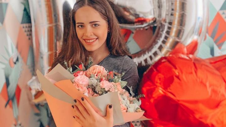 «Добро делаешь не ради похвалы»: мы нашли девочку Настю, которая раскладывает конфеты по почтовым ящикам