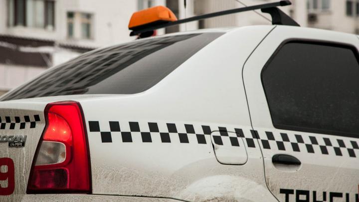 В центре Красноярска водитель такси сбил девушку на пешеходном переходе и увез с собой