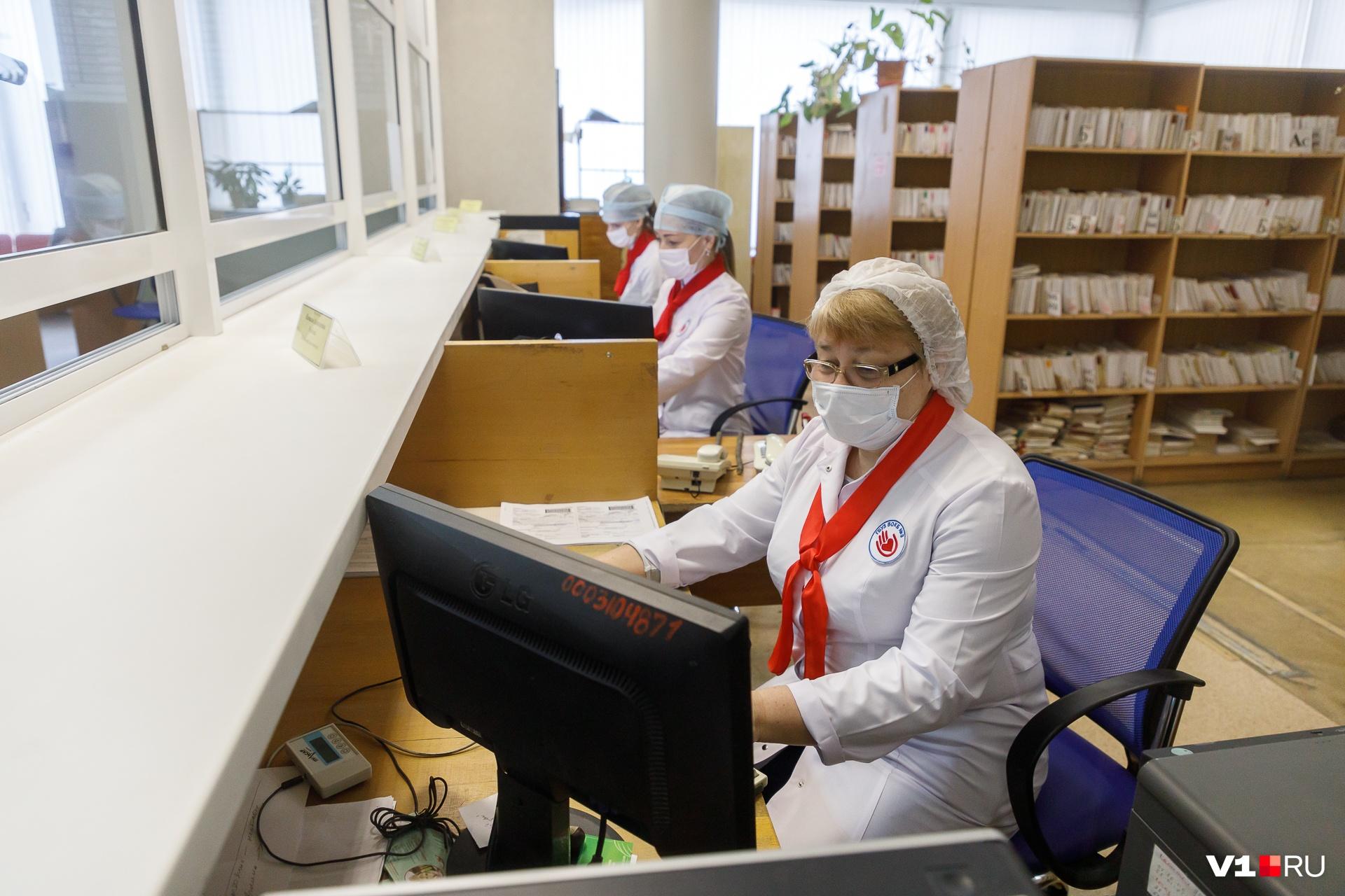 Работники поликлиник не попали в число тех, кому светят «коронавирусные» прибавки, но в деньгах они рискуют сильно потерять