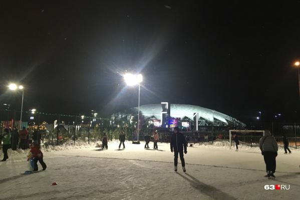 Сейчас около стадиона есть детская площадка, а зимой — каток