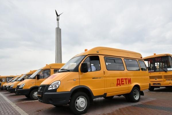 Автобусы пригнали на площадь Славы в Самаре, чтобы вручить ключи от них в торжественной обстановке
