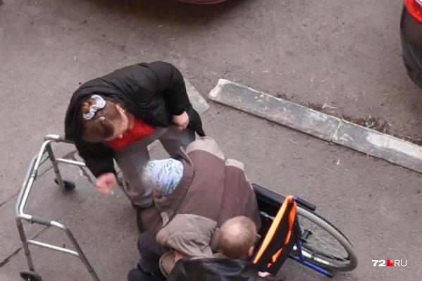 В ситуации с избиением пожилой женщины продолжают разбираться следователи