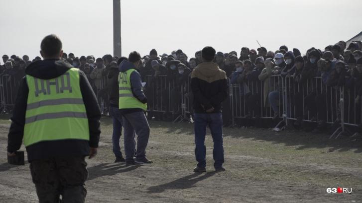 Поддерживать порядок в лагере силовикам помогают представители народных добровольных дружин