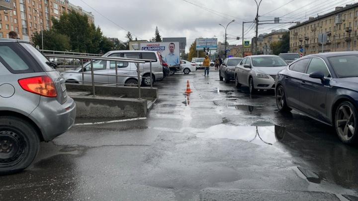 Сибирячка сбила девушку на парковке «Бахетле» и скрылась с места ДТП