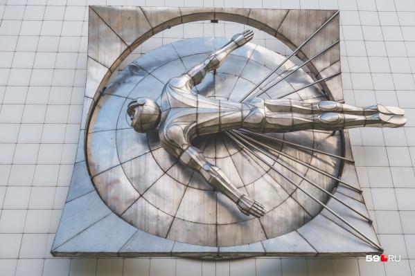 Парящий космонавт на фасаде ДК Гагарина