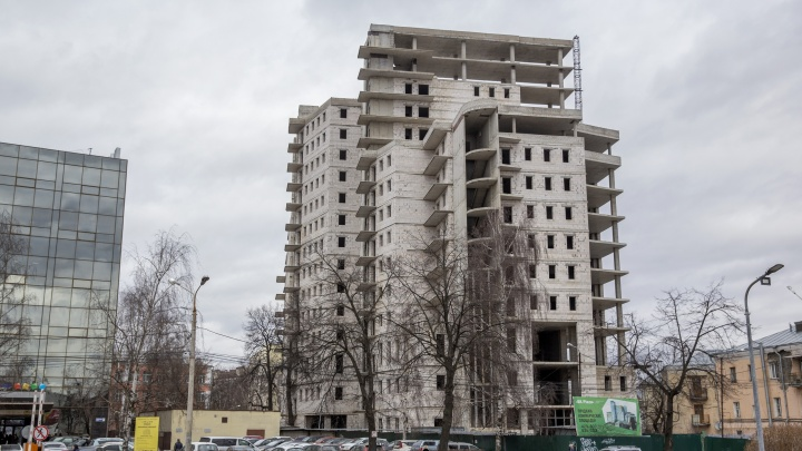 С долгостроя на Октябрьской площади снесут несколько этажей