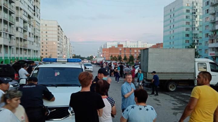 «Люди его догоняли»: из-за водителя, разбившего припаркованные машины, в новосибирском дворе собралась толпа