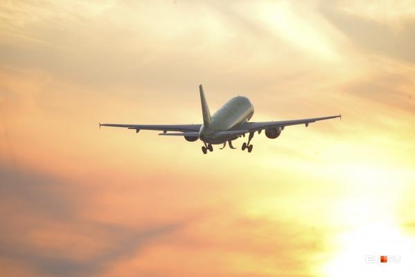 Самолет летит по маршруту Санкт-Петербург — Екатеринбург — Хабаровск
