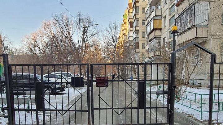 С огороженной территории челябинской многоэтажки эвакуировали более десятка машин