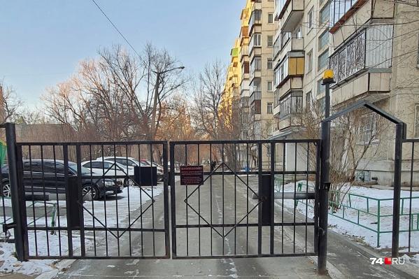 Двор на Калинина, 13 огорожен забором, но это не помешало эвакуаторщикам